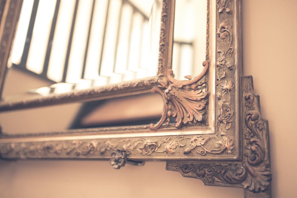 zoom sur un détail d'un miroir